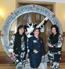 """Lo Stargate con alcuni soci del club SG1 Italy Fan Club e uno dei costumi più votati della sfilata, """"l'ultimo dei Rockets""""."""