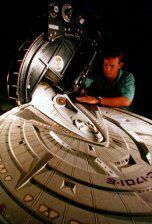 Un gigante umanoide sta smontando l'Enterprise con le sue mani!