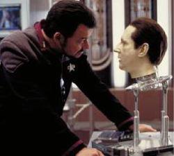 Un insolito faccia a faccia tra Riker e Data