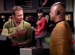 Un incontro possibile solo nella fantascienza: Kirk dialoga con Sisko in una combinazione di materiali girati praticamente a tre decenni di distanza.