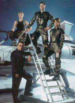 Nella foto il cast principale della nuova <i>Galactica</i>: da sinistra in senso orario Edward James Olmos (Adama), Katee Sackhoff (Starbuck), Jamie Bomber (Apollo) e Grace Park (Boomer).