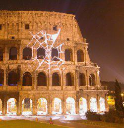 La ragnatela proiettata sul Colosseo