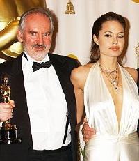 Alan Lee alla consegna del Premio Oscar per le scenografie del <i>Ritorno del Re</i>, con Angelina Jolie