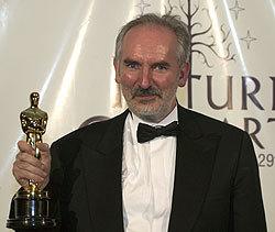 Alan Lee con il premio Oscar vinto per <i>Il ritorno del Re</i>