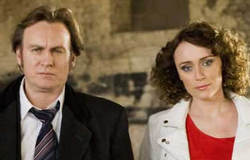 Gene Hunt (Philip Glenister) e Alex Drake (Keeley Hawes) in <i>Ashes to Ashes</i>