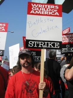 Ron Moore mentre partecipa attivamente allo sciopero