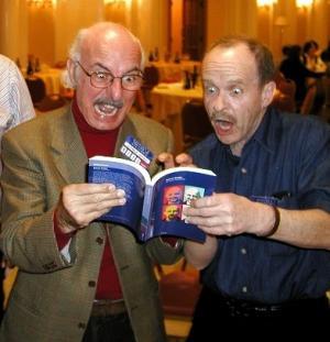 Vittorio Catani e Ian Watson osservano affascinati l'ultima raccolta di saggi di Catani.