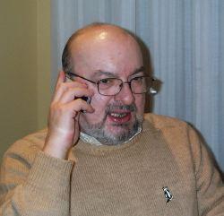 Vittorio Curtoni colto in un momento rarissimo: parla al telefonino