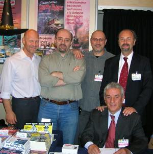 Tutto lo staff di Delos alla Fiera del Libro, da sx Franco Clun, Silvio Sosio, Franco Forte, Luigi Pachì e, seduto, Gianfranco Viviani