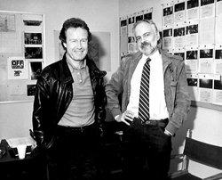 Ridley Scott e Philip K. Dick posano davanti agli storyboard di <i>Blade Runner</i>
