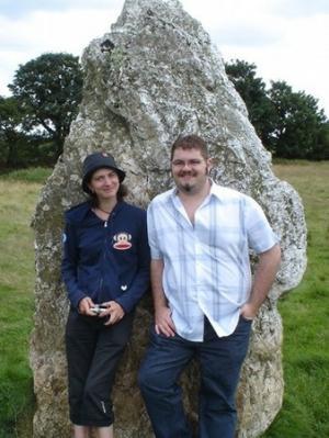 Matt Clark posa davanti a un menhir del Duloe Stone Circle
