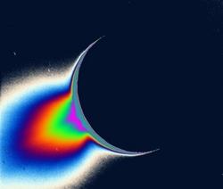 Un geyser su Encelado, fotografato in falsi colori dalla sonda Cassini. [Image credits: NASA/JPL/Space Science Institute]