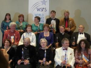 Ecco i vincitori degli Hugo, tutti assieme dopo la cerimonia: si notano tra gli altri David Langford (vestito di rosso) con a destra Kelly Link, Charles Stross (secondo nella fila in basso, non si vede ma indossa il kilt), vicino a lui Susanna Clarke, Jim Burns e Ellen Datlow.