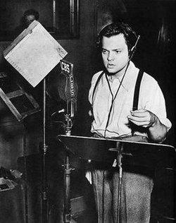 Orson Welles (1915 – 1985) durante una trasmissione radio
