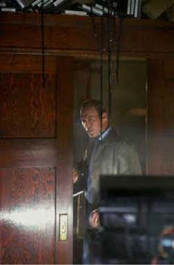Michael Keaton si aggira indagatore per stanze semibuie alla ricerca di qualche White Noise.