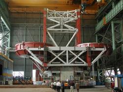 Un'immagine dell'LBT con i due specchi durante i test in fabbrica a Milano.