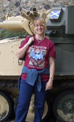 Elisabetta Vernier con alle spalle un vecchio carro armato Scimitar scozzese