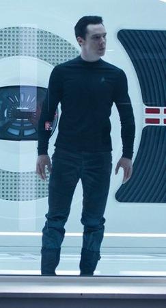 Benedict Cumberbatch nella parte di John Harrison, alias Robert T. April