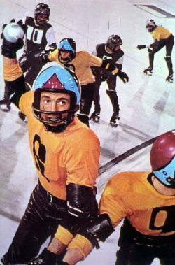 Una furiosa partita a <i>Rollerball</i>, lo sport del futuro che esalta gli aspetti più violenti dell'Hockey