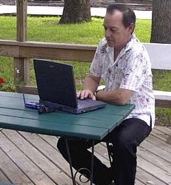 Navigare (in internet, non in mare) comodamente seduti su una panchina nel parco. A Roma si può