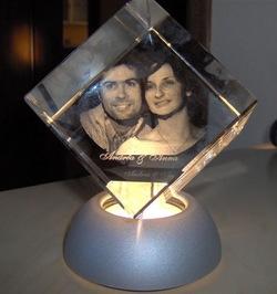 Un ritratto tridimensionale scolpito nel cristallo prodotto dalla Valxer