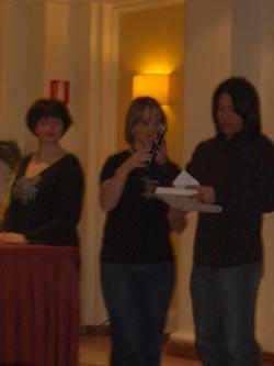 Garrett Wang (Harry Kim in <i>Voyagwer</i>) apre la busta per consegnare il premio Italia per la categoria racconto amatoriale aiutato da Elisabetta Vernier