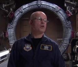 """Il sergente Harriman (Gary Jones) nel momento esatto in cui pronuncia la frase """"Welcome to Stargate Command"""""""