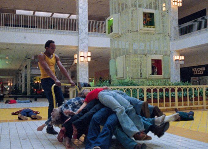Una scena da <i>Zombie</i> di George Romero