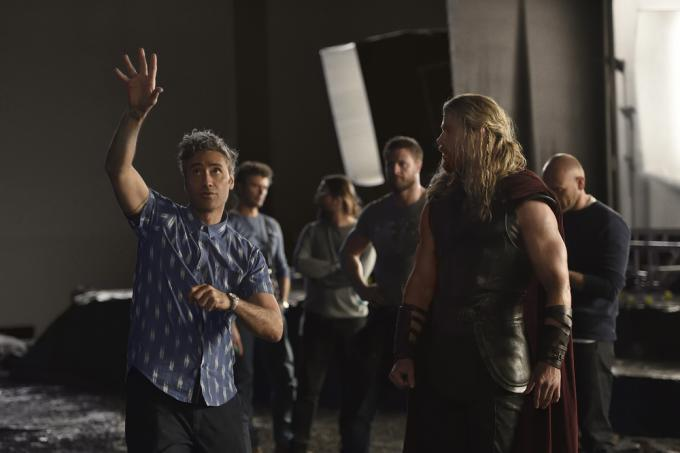 Taika Waititi e Chris Hemsworth sul set di Thor Ragnarok