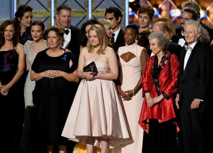 I premiati di <i>The Handmaid's Tale</i>agli Emmy; in rosso Margaret Atwood
