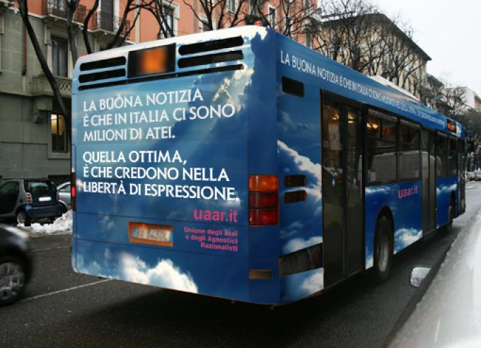 Il bus con lo slogan pubblicitario dell'Unione Atei, Agnostici e Razionalisti