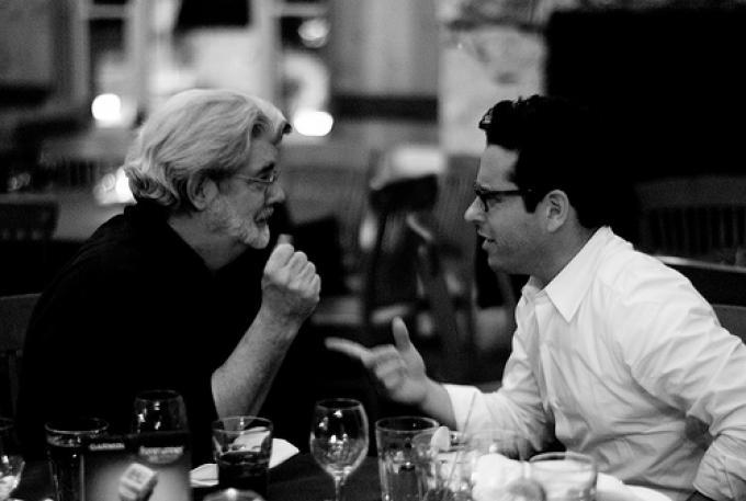 A sinistra J.J. Abrams, a destra George Lucas: ma di cosa stanno parlando?