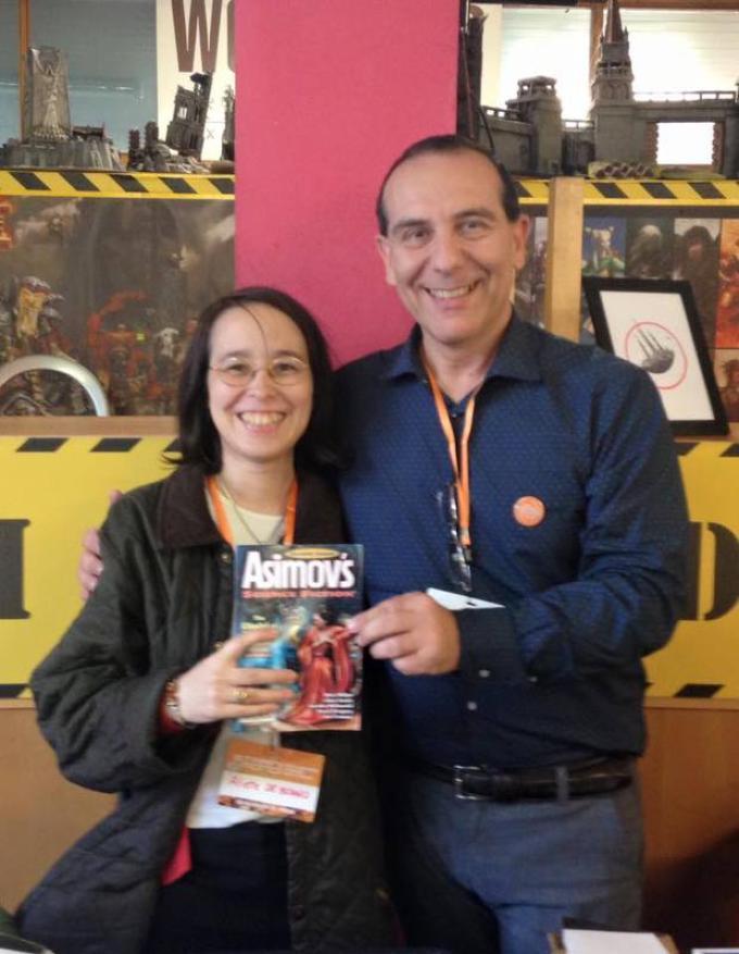 Maurizio Manzieri e Aliette de Bodard. La rivista è il numero di Asimov's che contiene l'ultimo romanzo della de Bodard, con copertina di Manzieri