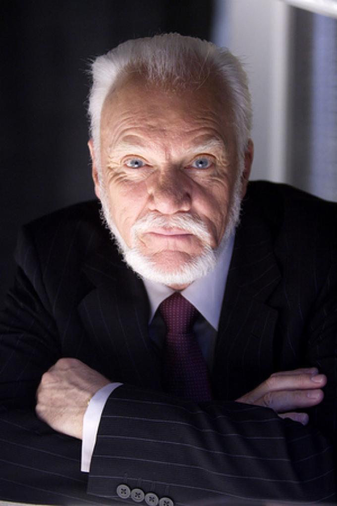 Malcolm McDowell (Linderman)