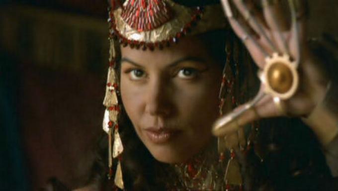 Sha're (Vaitiare Bandera), la moglie di Peter Jackson. Morirà nella seconda stagione