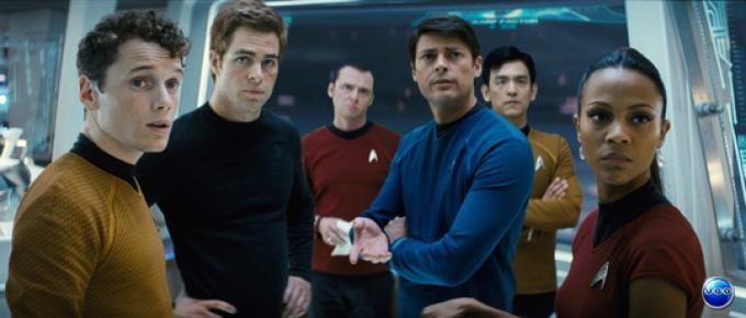Foto di gruppo: in questo universo Checov (a sinistra) ha la stessa età di Kirk. Da sinistra: Anton Yelchin (Checov), Chris Pine (Kirk), Simon Pegg (Scotty), Karl Urban (McCoy), John Cho (Sulu), Zoe Saldana (Uhura)
