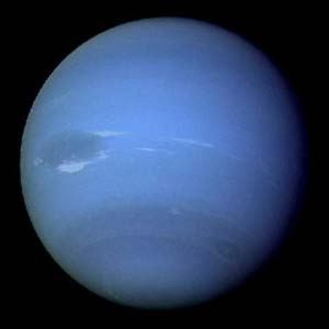 """Nettuno. Poteva il pianeta del dio del mare non essere azzurro? Si nota la Grande Macchia Scura, """"cugina"""" di quella gioviana."""