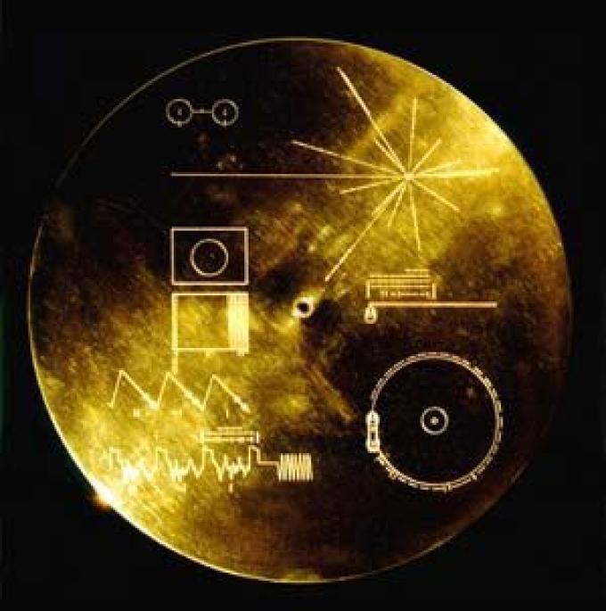 The Sounds of Earth è il disco di alluminio dorato che le due sonde Voyager portano come bagaglio a beneficio di eventuali intelligenze extraterrestri. E' un normale disco 33 giri ma registrato a velocità dimezzata in maniera da consentire il doppio del t