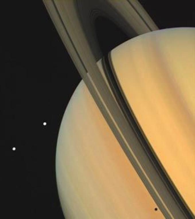 Saturno in tutto il suo splendore. Le due lune visibili sono Tethys e Dione.