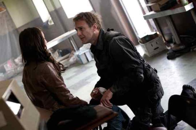 Sonya (Jennifer Spence) e Nolan (Mike Dopud)