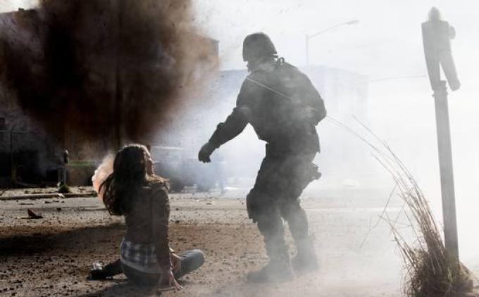 Sonya (Jennifer Spence) e un soldato