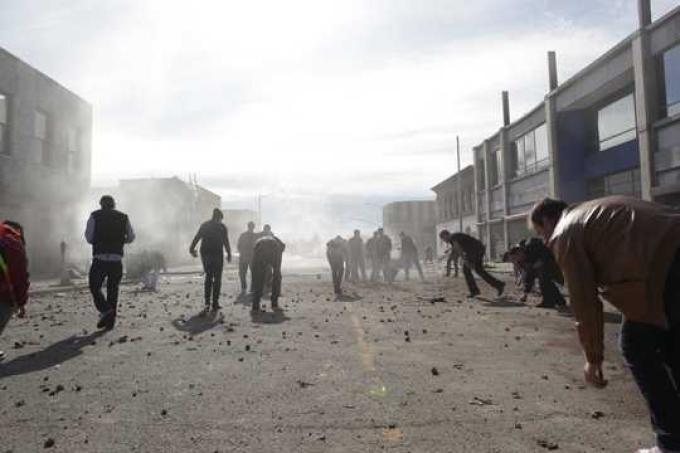 La troupe ripulisce il set dopo la scena di un'esplosione