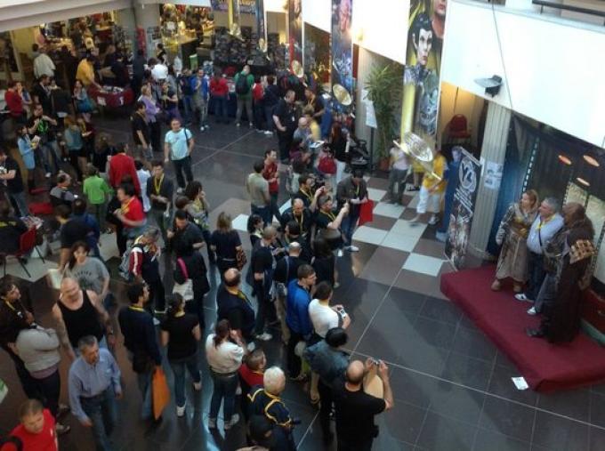 Folla nella hall