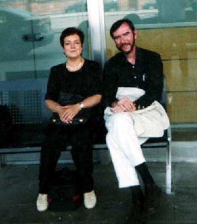Il triste momento prima del ritorno in patria. Lucia e Valerio davanti all'aeroporto di Barcellona. A fare il pieno di nicotina prima dell'astinenza forzata, anche se non sembra.