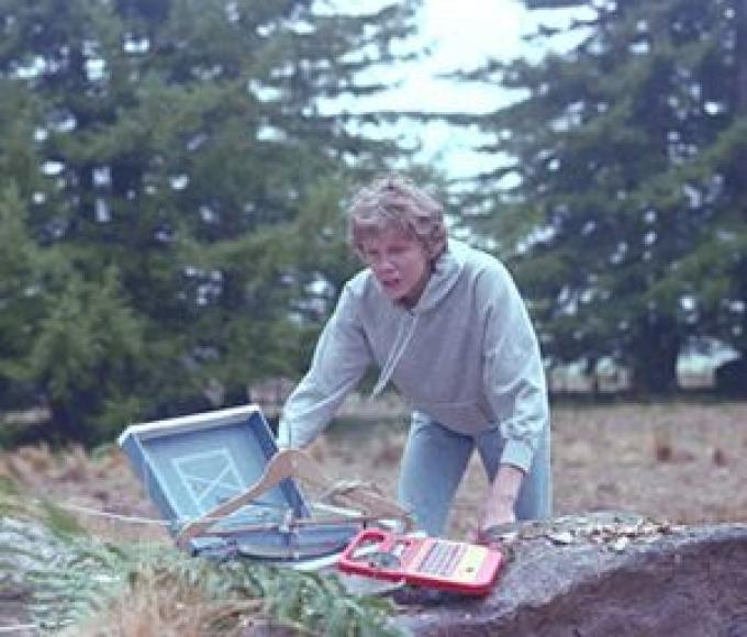 Mike trova il telefono nella foresta