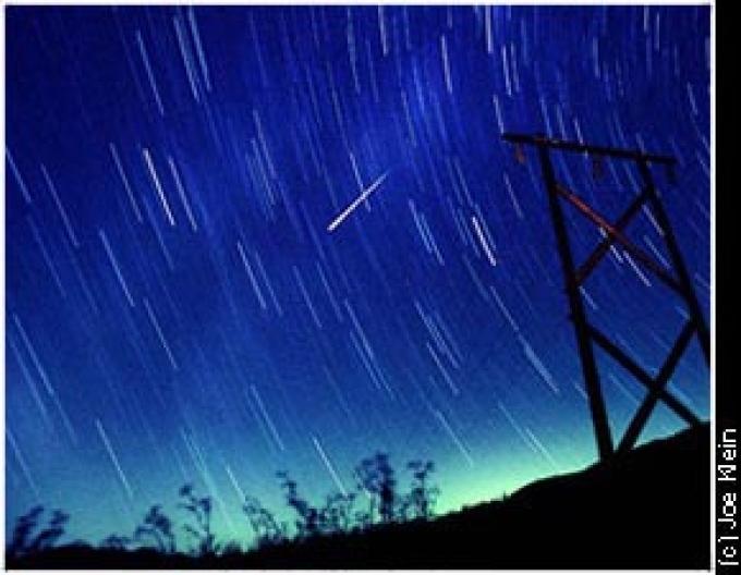 Una meteora e la scia delle stelle