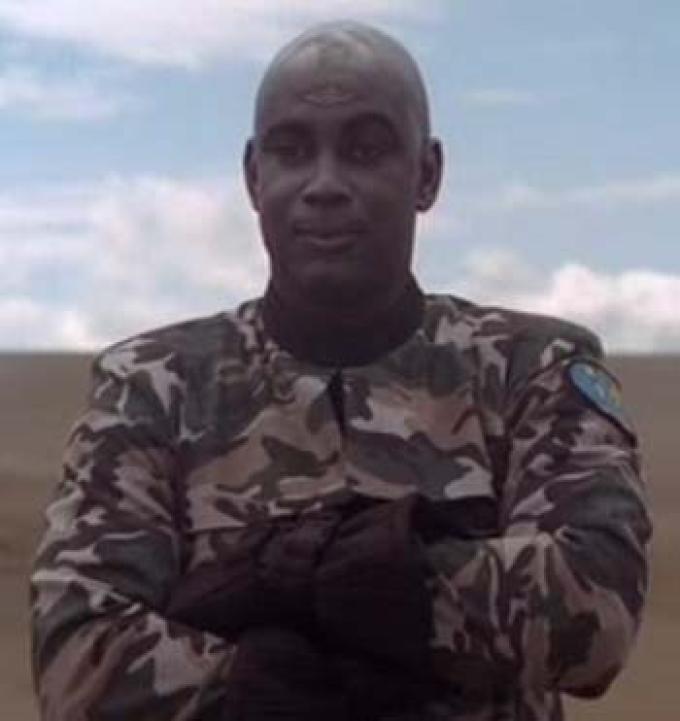 Herbert Duncanson interpreta Douglas Anders che interpreta il robot Grell parodia di Teal'c