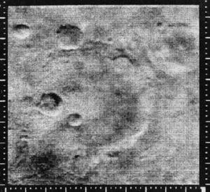 Una delle immagini riprese dal Mariner 4 da un altezza di 12.600 km. L'area della foto è approssimativamente un quadrato di circa 250 km di lato. Immagini come questa fecero definitivamente tramontare il mito di Marte...