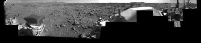 La zona di Chryse Planitia vista dal modulo di atterraggio del Viking 1. Il mosaico è costituito da più immagini in alta risoluzione riprese tra le 7 e le 8 del mattino.