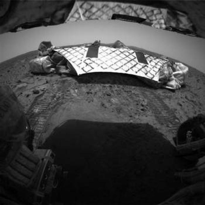 Appena sceso dalla piattaforma d'atterraggio, Spirit si guarda indietro. Si notano i solchi delle ruote sul suolo marziano.